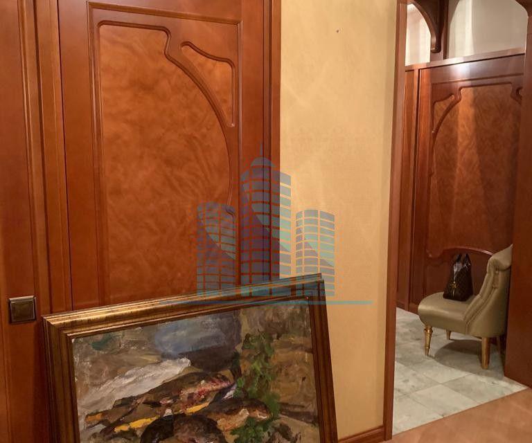 Продаётся 4-комнатная квартира, 220 м²